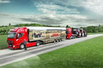 Ciężarówka przewozi ciągniki STEYR od Hiszpanii po