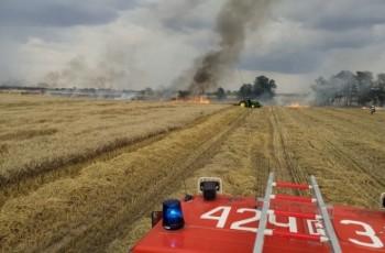 Rolnicy odcięli drogę ognia za pomocą pługa