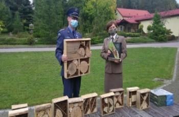 Więźniowie robią domki dla owadów