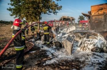 Ciągnik rolniczy i osobówka stanęły w płomieniach
